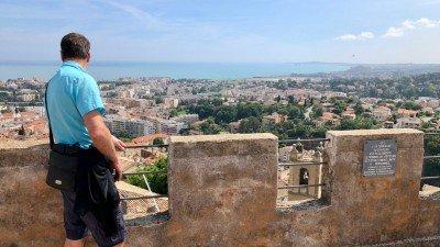Widok z twierdzy Grimaldi w Cagnes-sur-Mer w stronę Antibes