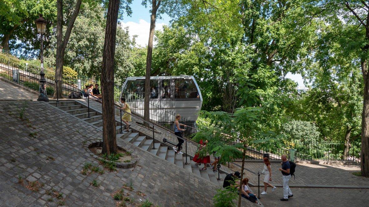 Funikular na wzgórze z Bazyliką Sacre Coeur w Paryżu