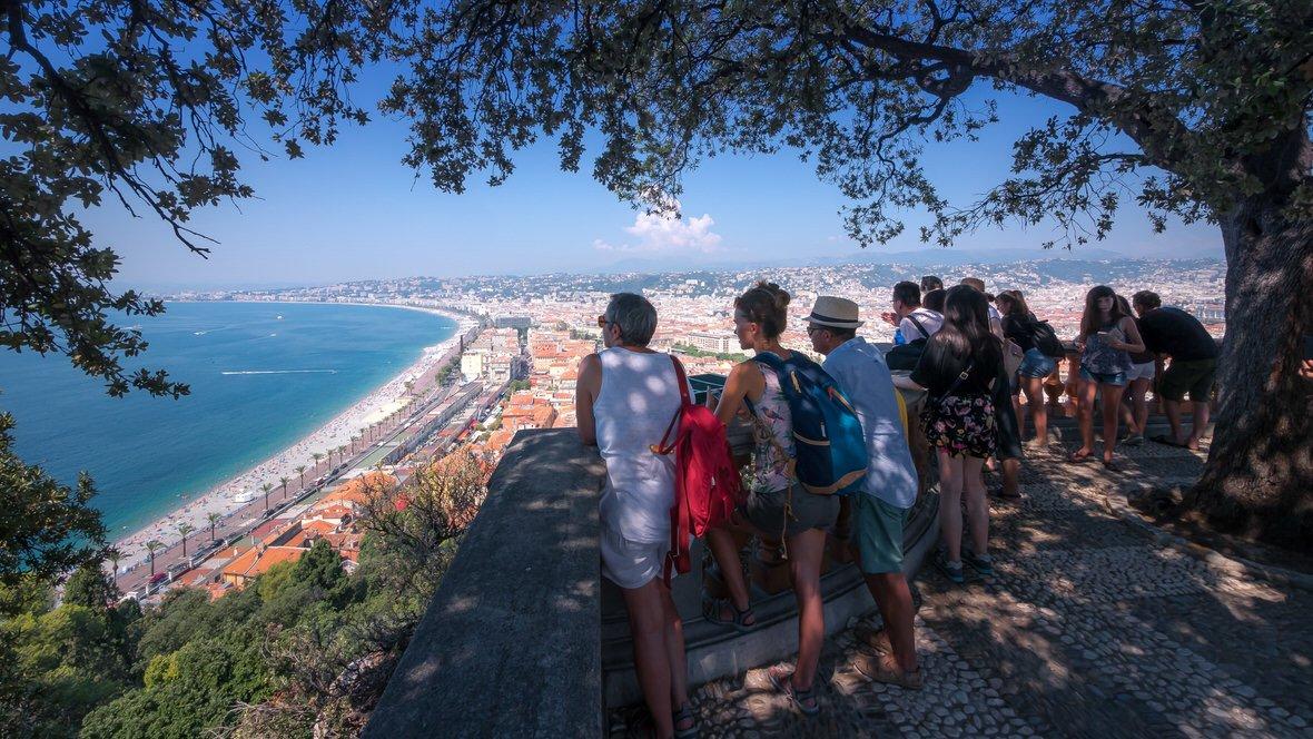 Widok ze Wzgórza Zamkowego w Nicei na Promenadę Anglików i Zatokę Aniołów