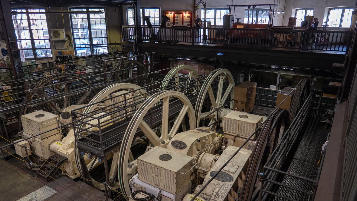 Muzeum Cable Car w San Francisco to w zasadzie zajezdnia i maszynownia, która wciąż obsługuje słynne cable car.