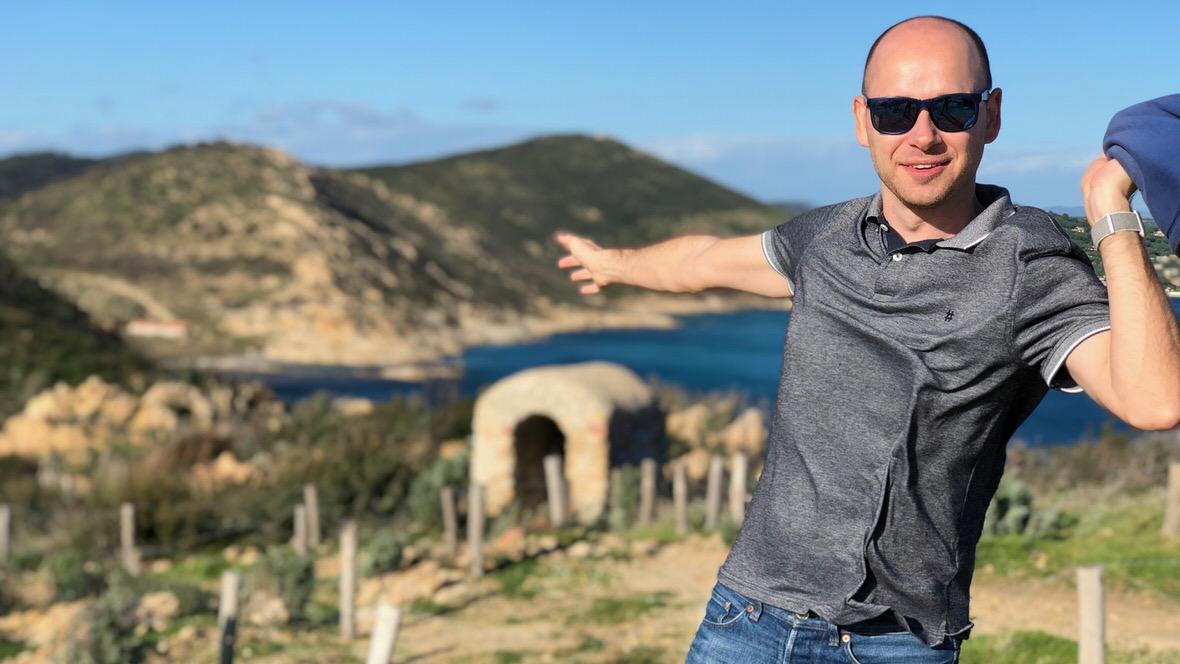 Podczas naszej zimowej wędrówki na Cap Taillat mocno wiało, co widać na mojej koszulce.