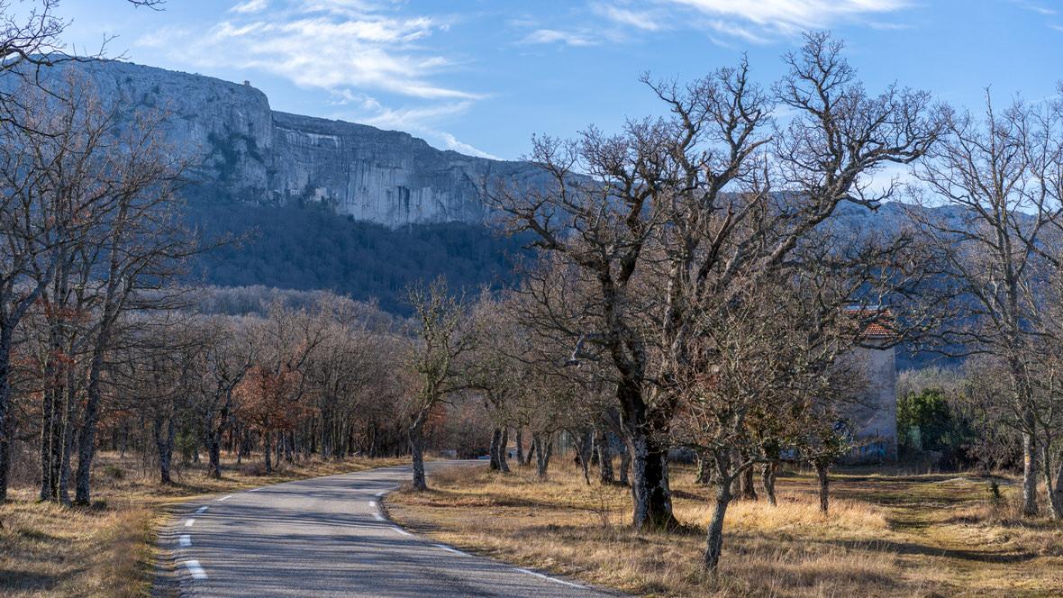 Droga prowadząca do groty Marii Magdaleny. Sanktuarium la Sainte-Baume widać nad drogą wśród skał.