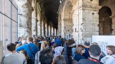 Kolejka do wejścia do Koloseum w Rzymie
