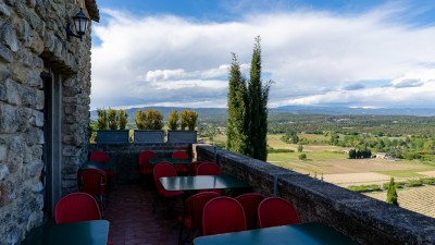 Widok z tarasu Café du Progrès w Ménerbes