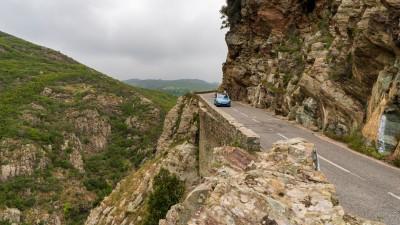 Jedna z wąskich górzystych dróg na Korsyce (okolice Bastii)