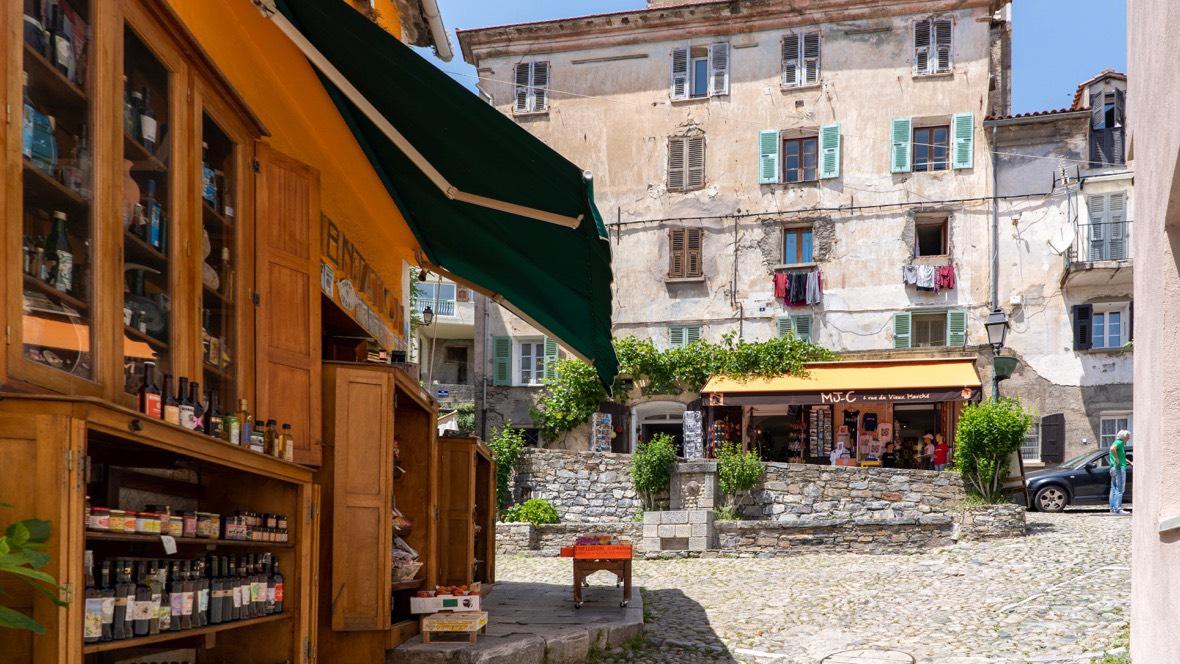 Po lewej najstarszy sklep spożywczy w Europie (wg właściciela), który działa w Corte nieprzerwanie od 1800 r.