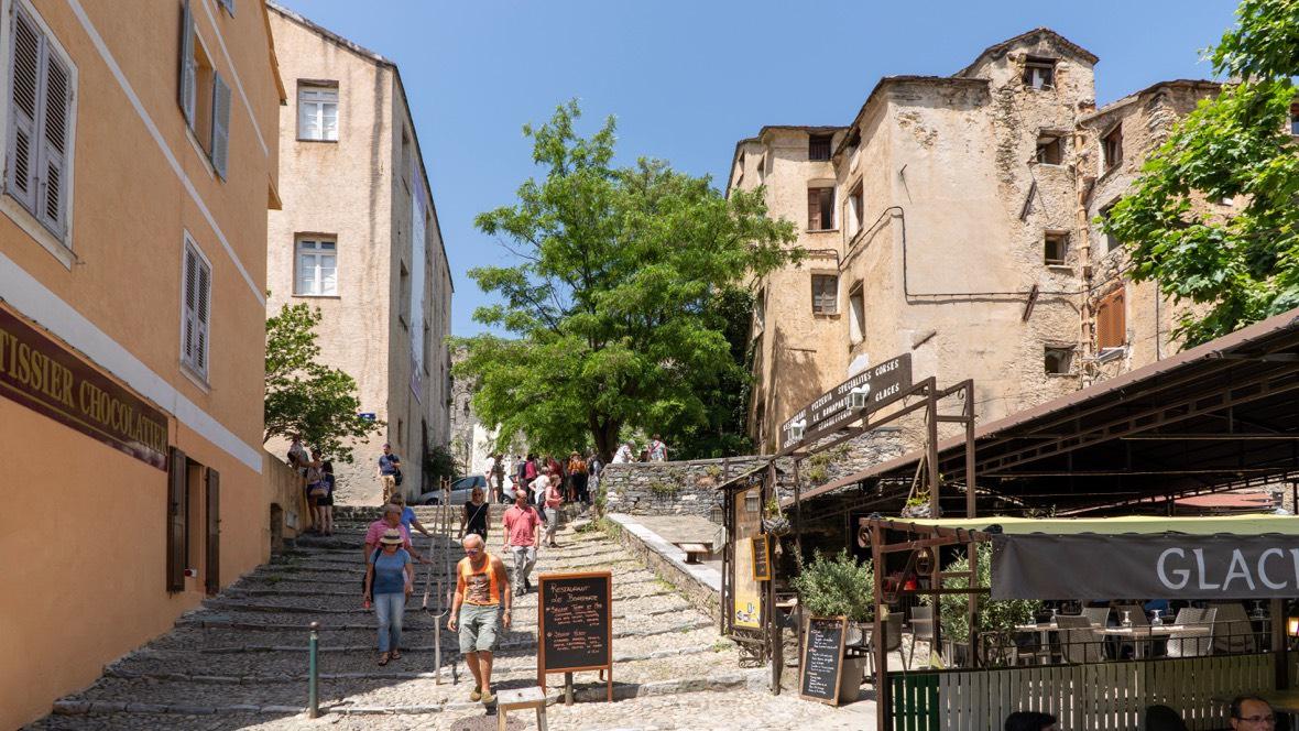 W budynku po prawej urodził się Józef Bonaparte, starszy brat Napoleona Bonaparte, a także Jean Toussaint Arrighi do Casanova, kuzyn Napoleona. Corte, Korsyka