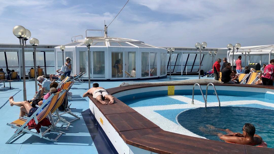 Prom na Korsykę oferuje wiele różnych atrakcji dla pasażerów. Leżaki i basen są bezpłatne na promie Corsica Ferries.