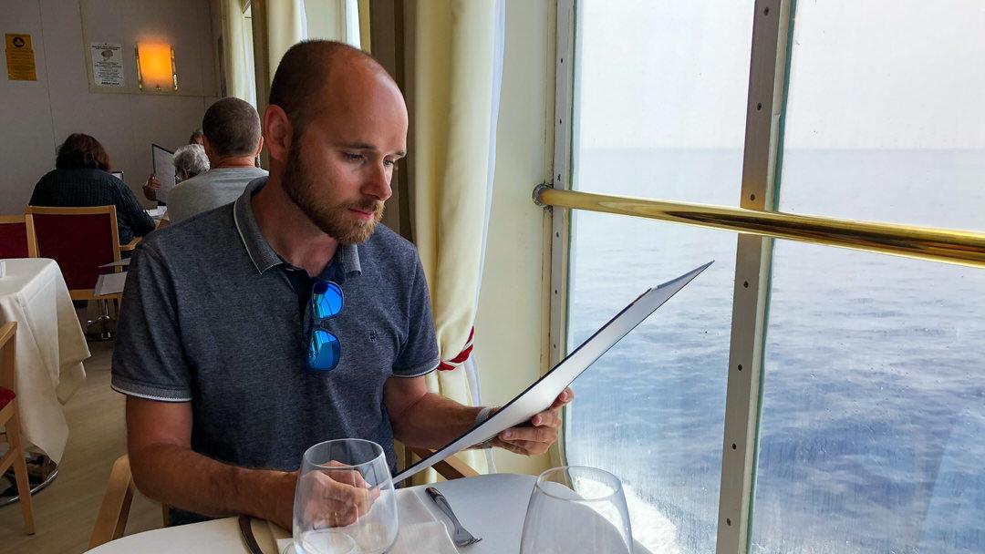 Restauracja w widokiem na morze podczas rejsu promem na Korsykę