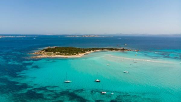 Korsyka plaże: niewielka wysepka tuż obok plaży Piantarella