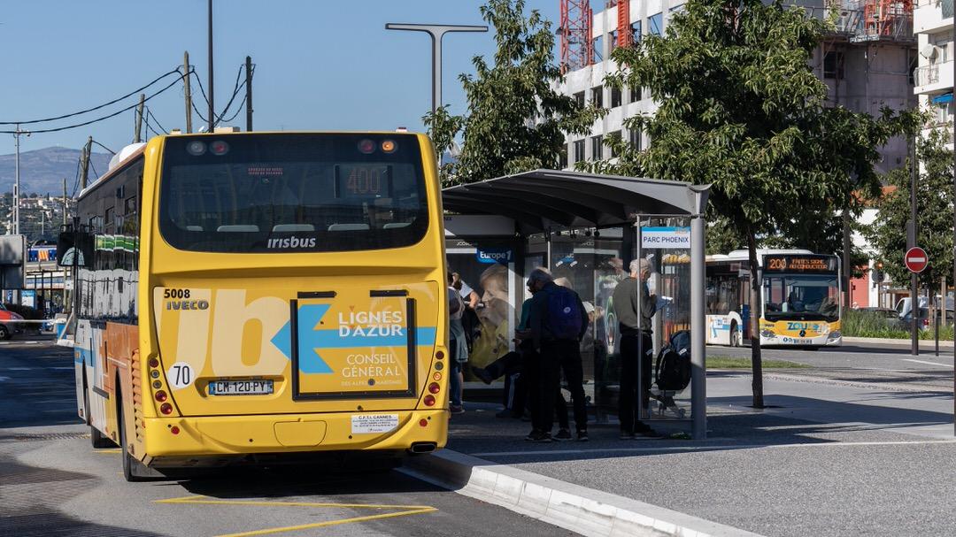 Przystanek Park Phoenix, z którego odjeżdżają autobusy m.in. 200, 400 i 500. To również przystanek tramwaju T2.