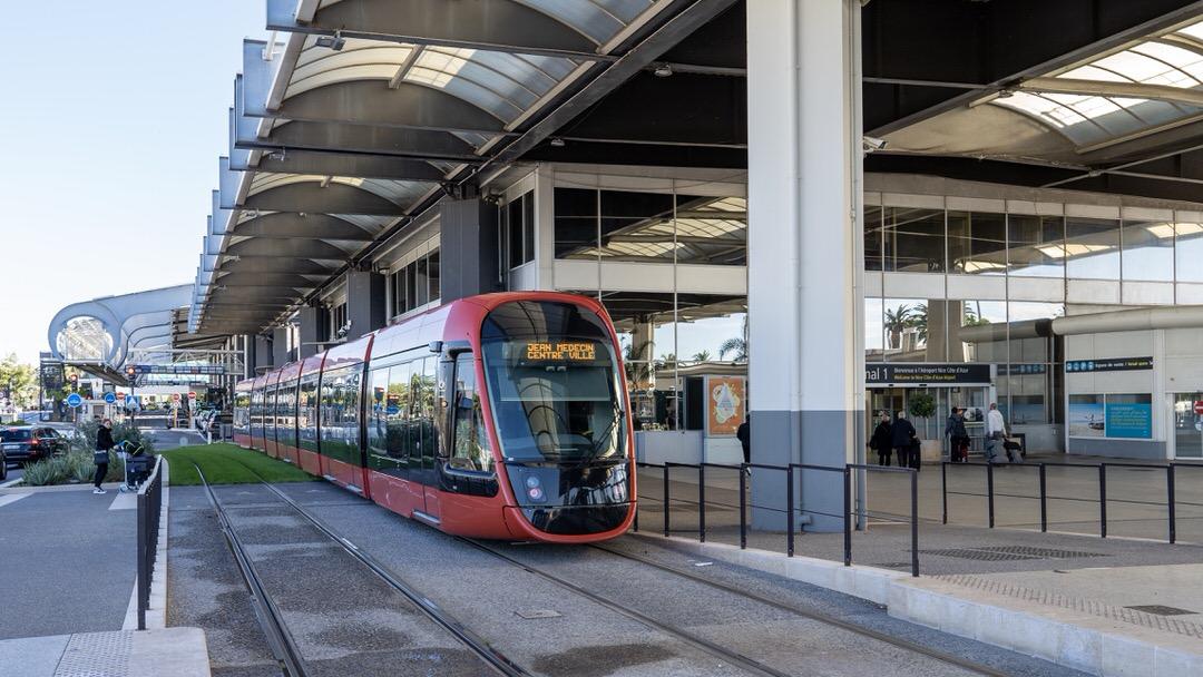 Tramwaj T2 odjeżdżający sprzed Terminala 1 na lotnisku w Nicei w stronę centrum miasta.