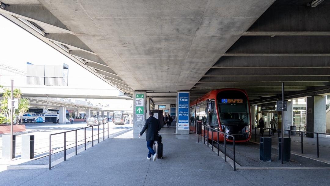 Początek tramwaju T2 na lotnisku w Nicei, Terminal 2. Po lewej widać przystanki autobusowe autokarów ekspresowych, np. do Monako i Cannes.